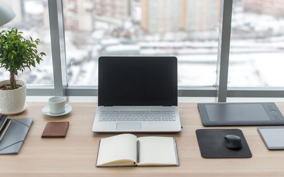 escritorio ordenado laptop libreta oficina