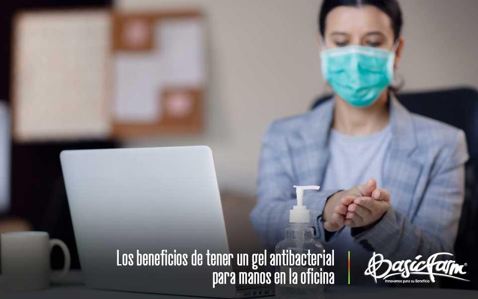 mujer oficina gel antibacterial