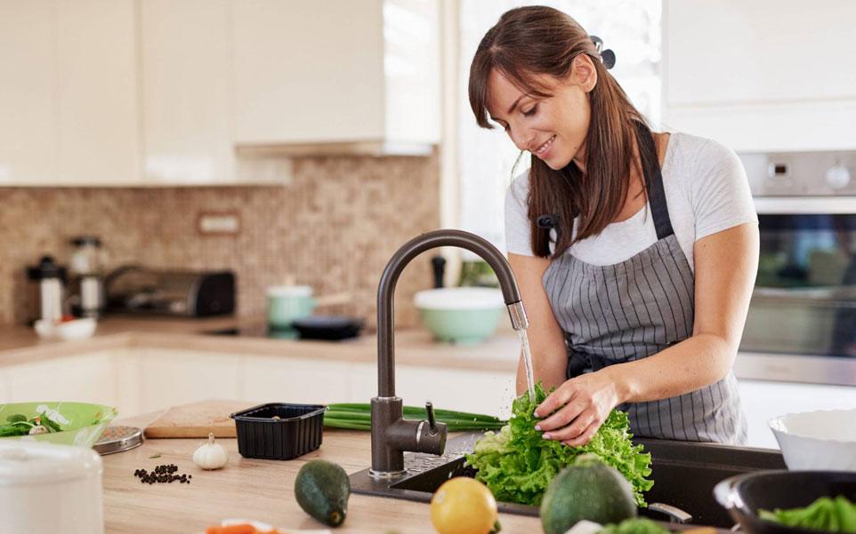 señora en una cocina